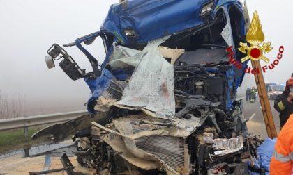 Schianto tra mezzi pesanti, camionista estratto dalle lamiere FOTO