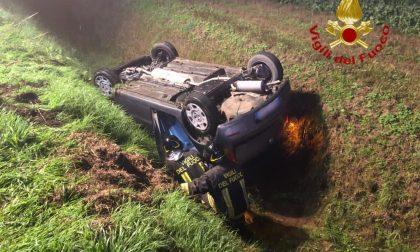 Ragazza 21enne perde il controllo dell'auto e finisce in un fosso FOTO