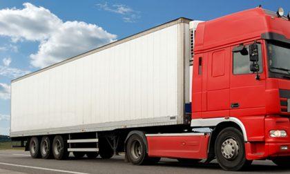 Clandestini nascosti nel camion in arrivo dalla Slovenia: scoperti, tentano la fuga