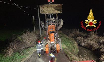 Agricoltore 46enne si ribalta col trattore e finisce in un fossato FOTO