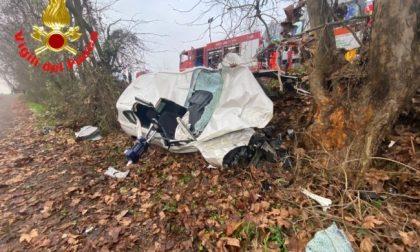 Auto si schianta contro un albero: muoiono due ragazzi di 24 e 25 anni