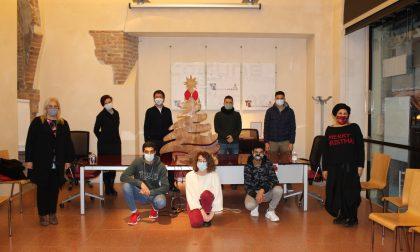 Un albero di Natale in legno in memoria di Roberto Ferrari