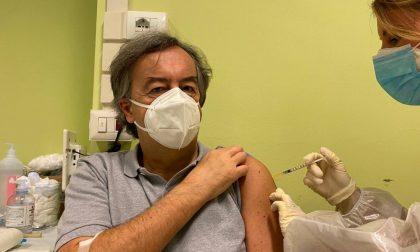 Covid: il virologo Roberto Burioni vaccinato da un'infermiera di Vailate