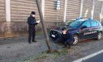 A bordo di auto rubata, fugge all'alt e si schianta contro un palo della luce