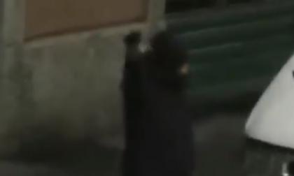 Spara in strada con una pistola per festeggiare Capodanno VIDEO