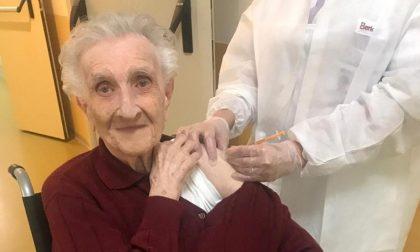 """Vaccinazioni per operatori e ospiti della RSA """"Villa Abbadia"""", tra loro anche la 97enne nonna Francesca"""