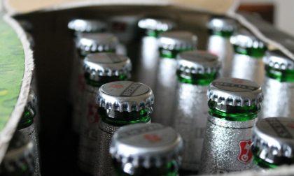 Sfonda la finestra di un bar per rubare casse di birra, arrestato