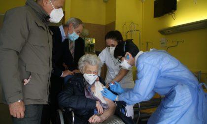 Ha 107 anni la prima anziana vaccinata a Cremona, ed è una forza della natura