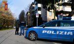 In piedi sulle auto della Polizia per girare un video su Instagram