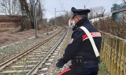 Si sdraia sui binari per porre fine alla sua vita: salvata in extremis dai Carabinieri
