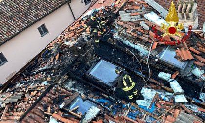 In fiamme il tetto di un'abitazione nel cuore di Crema