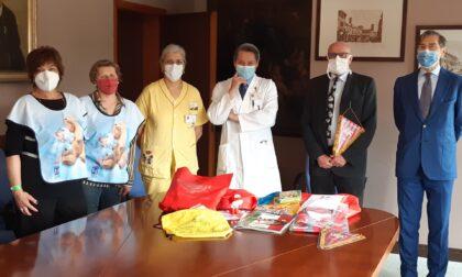Borse e zainetti colmi di doni per i bambini della pediatria di Cremona