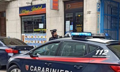 Tenta rapina al kebab armato di punteruolo e pistola giocattolo: arrestato