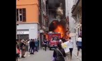 Spazzatrice prende fuoco nel centro di Piacenza, l'impressionante video dell'incendio