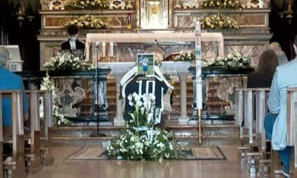 In centinaia per l'ultimo saluto a Christian, morto nel sonno a soli 14 anni