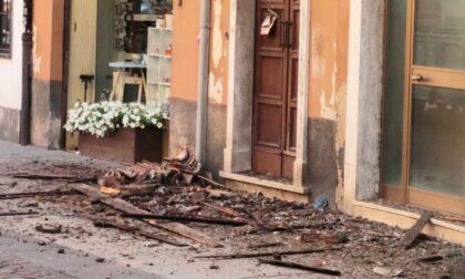 Le foto del cornicione crollato a Pandino, arrivano i Vigili del Fuoco