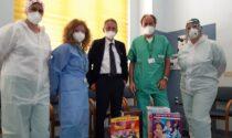 Album, figurine e gadget per i bambini della pediatria dell'ospedale di Cremona