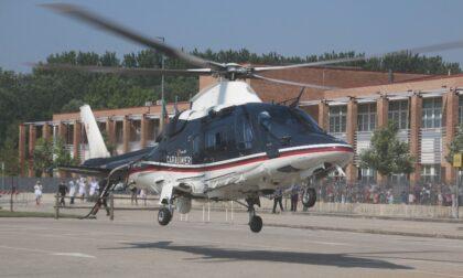 L'elicottero dei Carabinieri fa visita agli alunni della scuola Marconi di Casalmaggiore