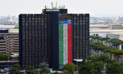 Il volto di due dipendenti cremonesi di Poste Italiane sulla bandiera di 60 metri per tifare gli Azzurri