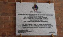 Sotto i portici di Palazzo Comunale una targa in memoria dei cremonesi morti per il Covid