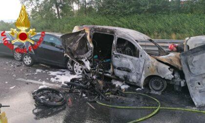 Maxi-incidente in A4: sette veicoli coinvolti, due in fiamme