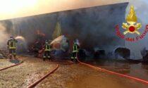 Rotoballe in fiamme in un cascinale, sul posto i Vigili del Fuoco
