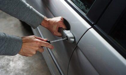 Tenta di rubare da un'auto parcheggiata, rintracciato e denunciato 23enne