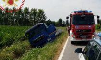 Per schivare un altro camion finisce fuori strada: ferito autista
