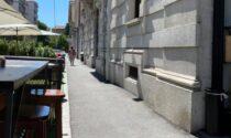 Sedie sul marciapiede per fermare i monopattini che sfrecciano: bar multato