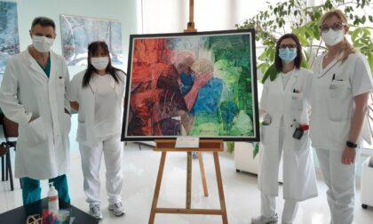 """Il dipinto """"Covid"""" ha concluso il tour nei reparti dell'ospedale di Cremona: 11 tappe colme di emozione"""