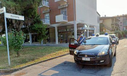 Ladri in fuga speronano auto dei Carabinieri: militare risponde sparando alle gomme