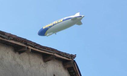 L'enorme dirigibile Goodyear in volo nei cieli del Cremasco