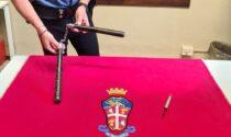 Nascosto nella borsa teneva un bastone con catena: denunciato