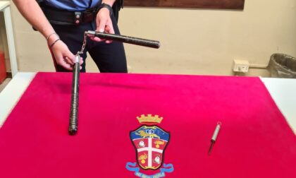 Nascosto nella borsa teneva un bastone con catena