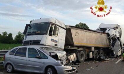 Tamponamento tra due mezzi pesanti e un'auto: un morto in A21