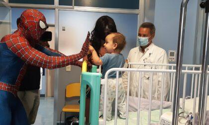 Spiderman e Wonder Woman in ospedale a Cremona, due super eroi molto umani
