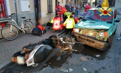 Schianto tra auto e moto, centauro 29enne in ospedale