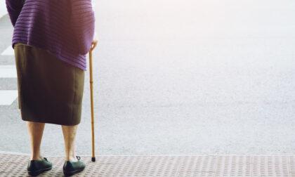 E' distratta e investe una 80enne: la spinge a bordo strada e poi se ne va