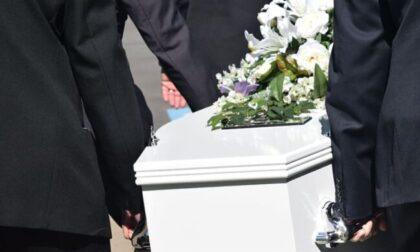 """Il business del caro estinto: mazzette in obitorio per favorire le agenzie di pompe funebri """"amiche"""""""