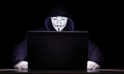 Hacker ricattano azienda per colpa di un dirigente: navigava su siti porno