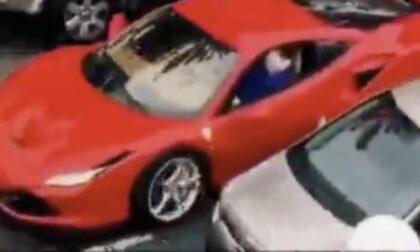 Il video dell'undicenne che guida una Ferrari in città