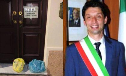 """Sacchi di spazzatura davanti alla porta di casa del Sindaco Galimberti: """"Sporgerò denuncia"""""""