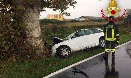 Si schianta in auto contro un albero, 65enne muore in ospedale