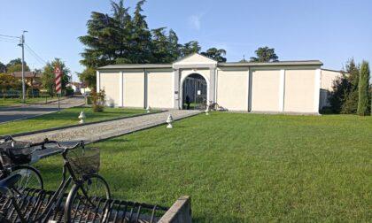 Giallo al cimitero: aprono la bara e trovano due cadaveri