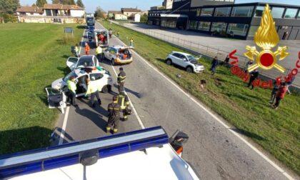 Incidente tra tre autovetture, tre persone ferite e traffico bloccato