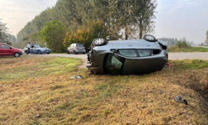 Perde il controllo dell'auto e si ribalta a lato strada: grave una 33enne